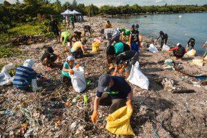 Greenpeace-Mitarbeiter und Freiwillige sammeln Plastikmüll in ihrer Gemeinde. Copyright Greenpeace